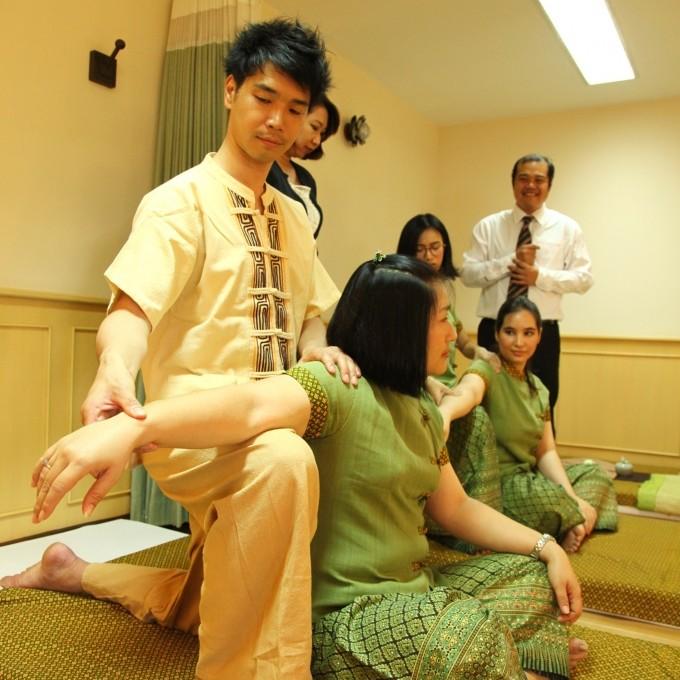 デュシタニホテルで提供されるタイ古式マッサージやフェイシャルエステ、アロマ・オイルマッサージなどのプロの技術とマインドが日本語で学べます。※講師はタイ語で日本語通訳を介して受講します。